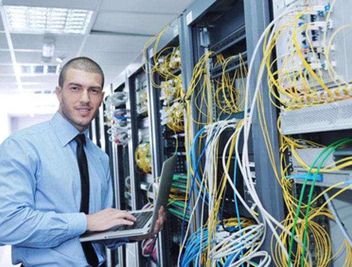 Technicien réseaux travaillant sur baie